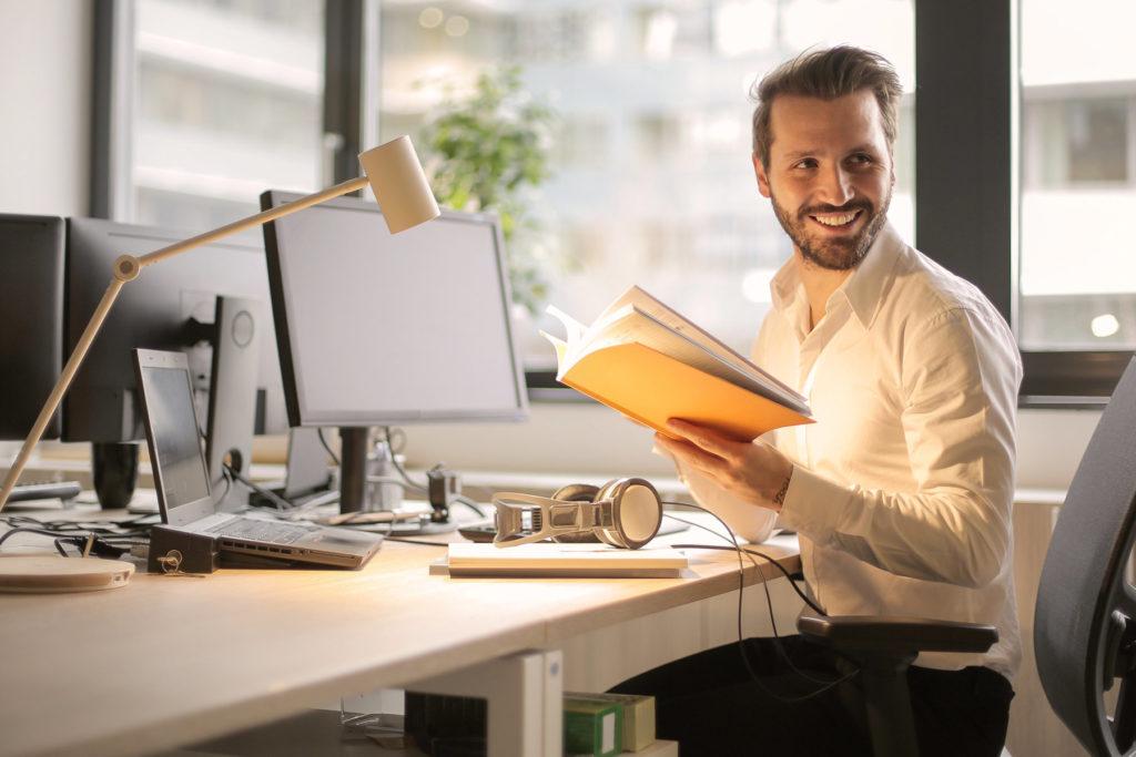 pracownik-w-korporacji-praca-przy-biurku