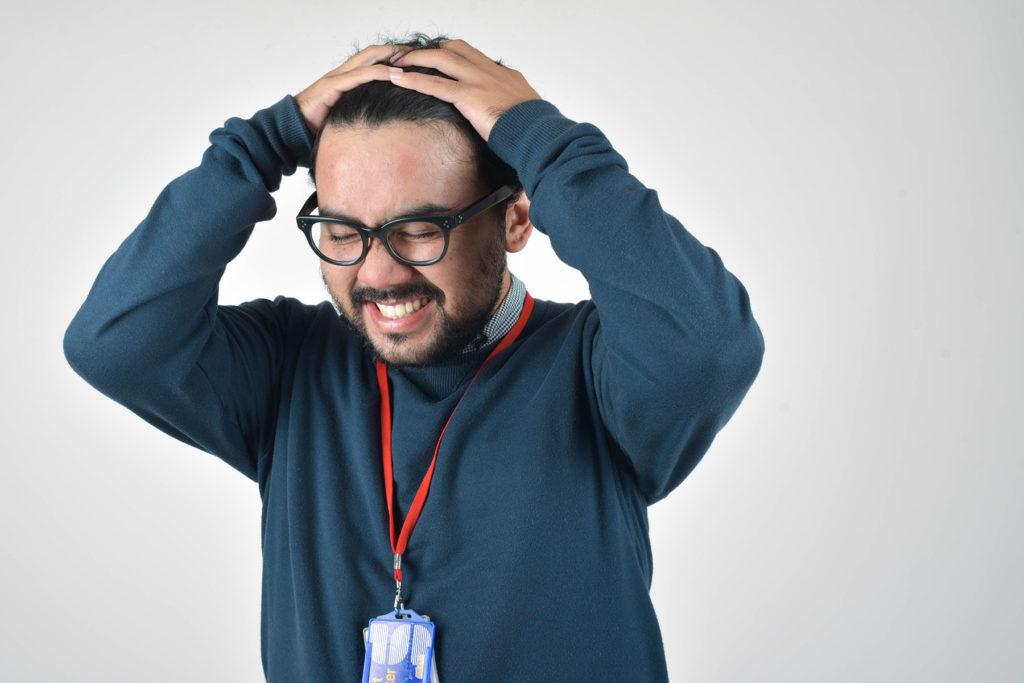 stresująca-praca-w-firmie-ból-głowy