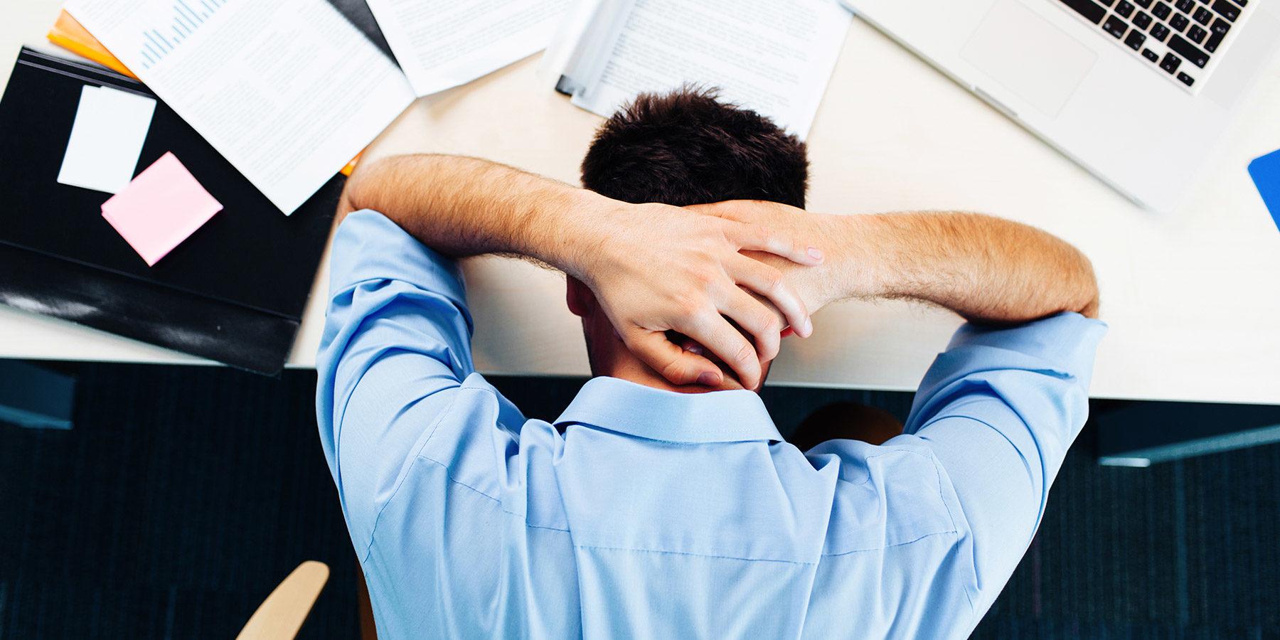 biznesmen-z-depresja-przytłoczony-pracą